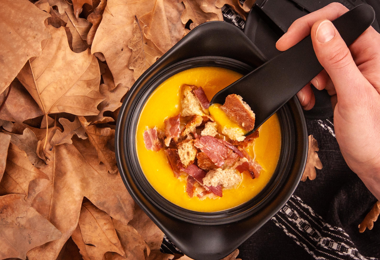 Soupe de potimarron au bacon caramélisé et croûtons